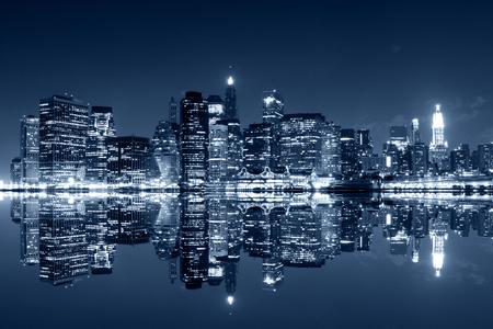 paisajes noche pareja: Manhattan por la noche, la ciudad de Nueva York. Vista desde Brooklyn Foto de archivo