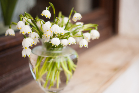 Bouquet of beautiful spring in a Clear Round Bubble Bowl Glass Vase on an outside window sill. Standard-Bild