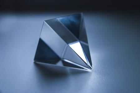 prisma: Vidrio Prisma. La pirámide. Formas geometricas. Ciencia.