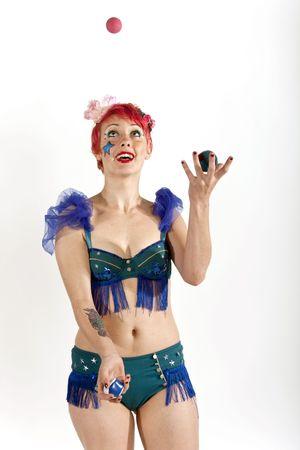 若い女性のサーカスの芸人、空気中のボールをジャグリング 写真素材