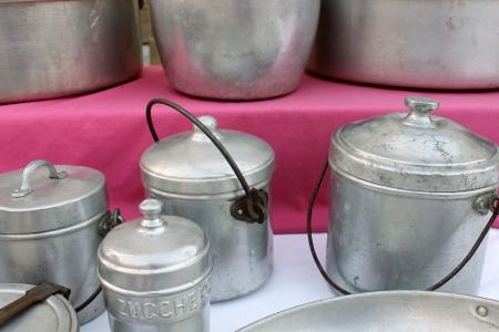 utensilios de cocina: latas de aluminio y utensilios de cocina