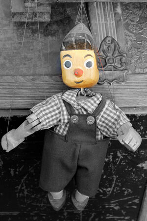 marioneta de madera: vieja marioneta de madera