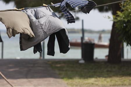 ropa colgada: colgar la ropa Foto de archivo