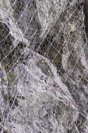 enclosing: rete sulla roccia che racchiude