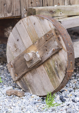 carreta madera: la vieja rueda de carro de madera Foto de archivo