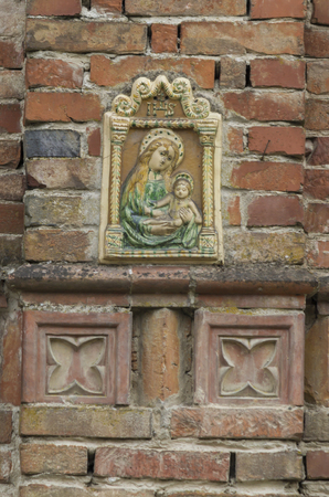 vecchia cornice: old frame with Madonna on wall