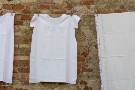 vestidos antiguos: ropa vieja que cuelgan a secar Foto de archivo