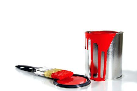 een rode emmer verf en penseel Stockfoto