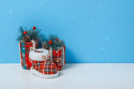 Christmas tree toy box, cylinder, sock. Holiday celebration concept on a blue background. Standard-Bild