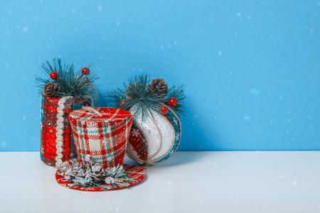 Kerstboom speelgoed bal, cilinder, hoed. Holiday viering concept op een blauwe achtergrond. Stockfoto - 90463201