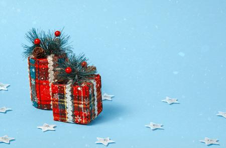 Kerstboom speelgoedkist, cilinder. Holiday viering concept op een blauwe achtergrond. Stockfoto - 90453639