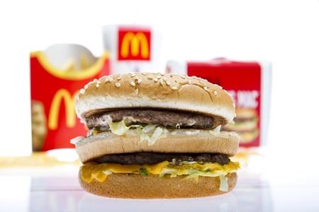 comida rapida: McDonalds Big Mac menú aislado en blanco studio shot Editorial