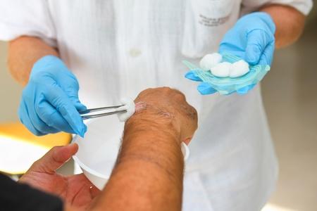 herida: Paciente en el consultorio médico obtenga su herida limpia