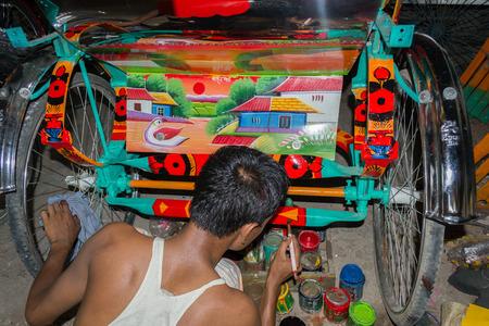 rikscha: Dhaka - 9. Mai 2014: Die Maler malen auf der R�ckseite des Wei�blech und Rahmen der Rikscha K�rper. Es gibt so viele Rikscha Maler in Bangladesch.