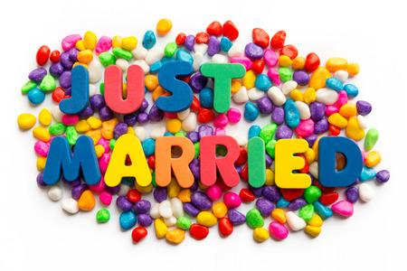 recien casados: sólo la palabra matrimonio en piedra colorida Foto de archivo