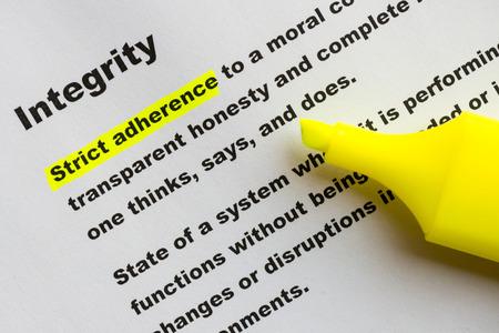 Definition des Wortes Integrität gelb hervorgehoben mit Filzstift. Standard-Bild - 35469383