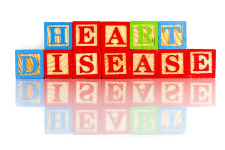 Herzkrankheit: Herzkrankheiten Worten Reflexion auf wei�em Hintergrund