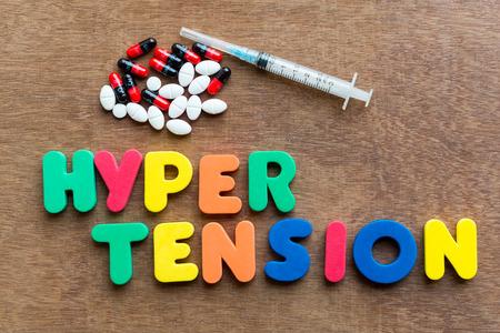 myocardium: ipertensione parola colorato sullo sfondo di legno Archivio Fotografico