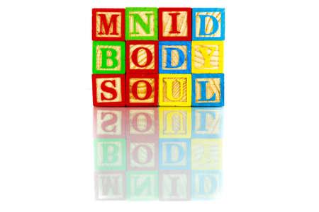 mind body soul: Mind Body parole anima la riflessione su sfondo bianco