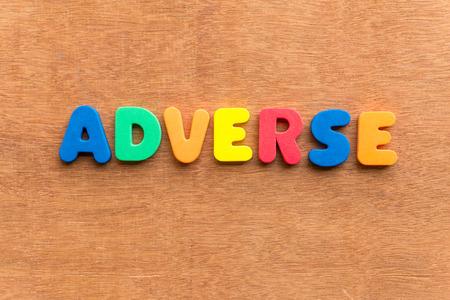 adverso: palabra colorido adverso en el fondo de madera