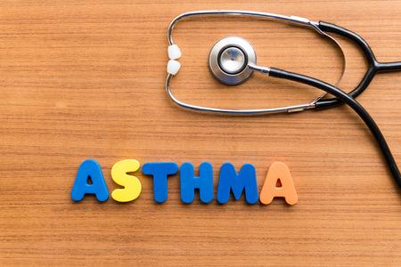 Asthma bunten Wort auf dem hölzernen Hintergrund Standard-Bild - 38373052