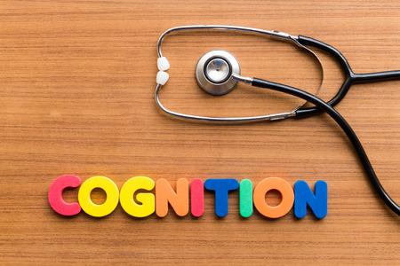 cognicion: COGNICIÓN palabra colorido en el fondo de madera