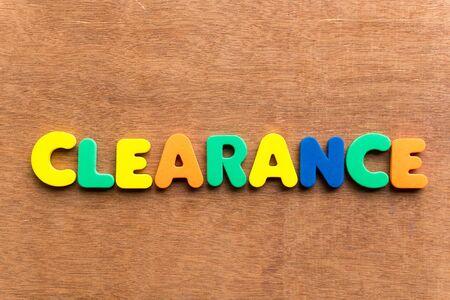inteligible: aclaramiento palabra colorido en el fondo de madera
