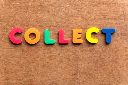 cobrar: recoger colorido de la palabra en el fondo de madera