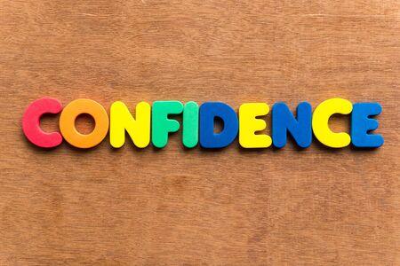 positiveness: confianza colorido de la palabra en el fondo de madera