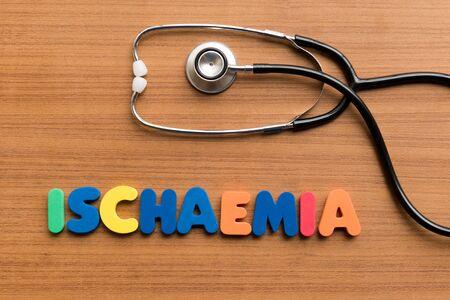 angina: isquemia palabra colorido en el fondo de madera