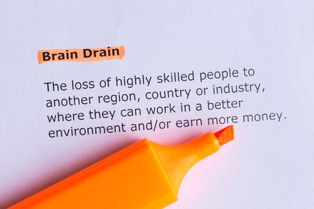Brain drain Wort hervorgehoben auf dem weißen Papier Standard-Bild - 39507274