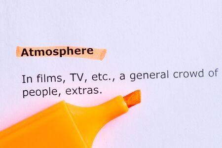 atmosphere: Parola atmosfera evidenziato sulla carta bianca Archivio Fotografico