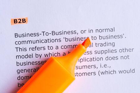 b2b: b2b palabra resaltada en el libro blanco Foto de archivo