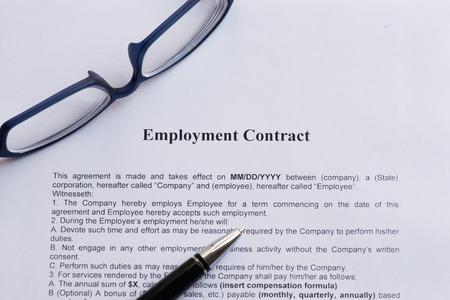 Arbeitsvertrag auf dem weißen Papier mit Stift Standard-Bild - 39963784