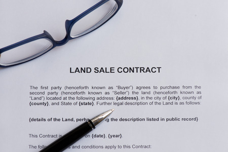 land sale contract  on the white paper with pen Standard-Bild