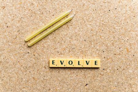 evoluer: �voluer mot sur le fond en bois simple