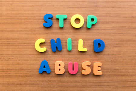 maltrato infantil: dejar de abuso infantil palabras de colores en el fondo de madera