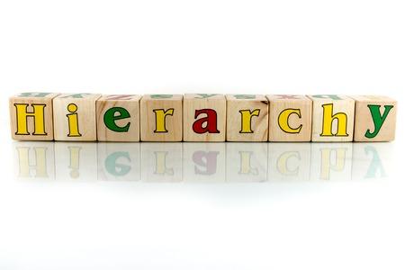 jerarquia: colorido bloque jerarquía palabra de madera en el fondo blanco