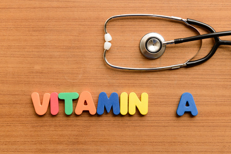Vitamin-A-buntes Wort auf dem hölzernen Hintergrund Standard-Bild - 42582023