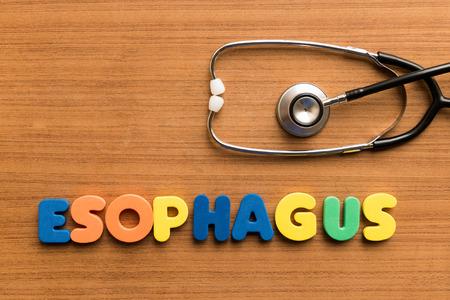 esófago: palabra médica colorido esófago y el estetoscopio en el fondo de madera