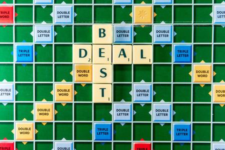 fondos violeta: 19 de junio 2015: Dhaka, Bangladesh - Crucigrama mejor oferta en el tablero de juego colorido Editorial