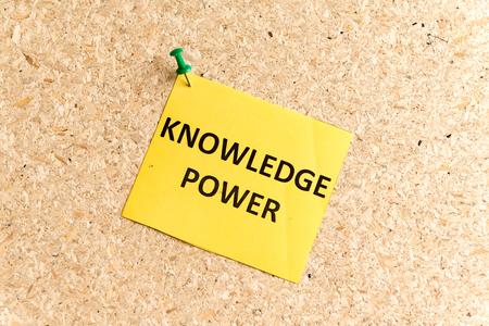 cognicion: el poder del conocimiento palabra escrita en un papel y clavado en un tabl�n de corcho Foto de archivo