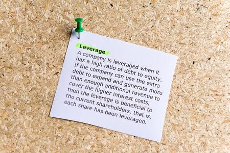 apalancamiento: apalancamiento palabra escrito en un papel y clavado en un tabl�n de corcho Foto de archivo