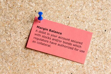 margen: palabra equilibrio margen escrito en un papel y clavado en un tabl�n de corcho