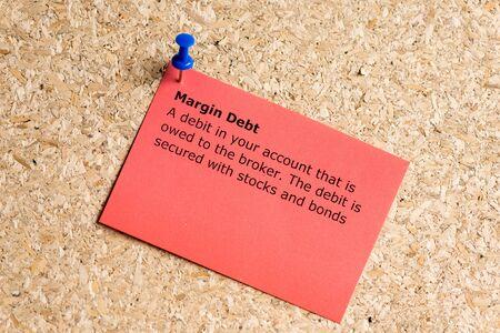 margin: deuda de la palabra margen escrito en un papel y clavado en un tabl�n de corcho Foto de archivo