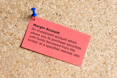 margen: cuenta de margen palabra escrita en un papel y clavado en un tablón de corcho