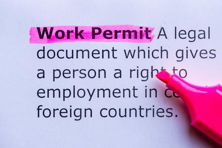 no pase: palabra permiso de trabajo puso de relieve en el fondo blanco