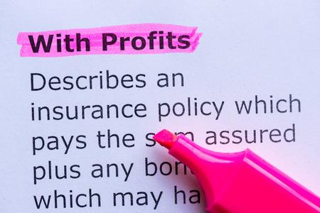 remuneraciones: con beneficios palabra resaltada en el fondo blanco