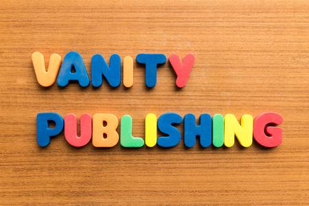 arrogancia: publicaci�n de la vanidad palabra de colores en el fondo de madera Foto de archivo