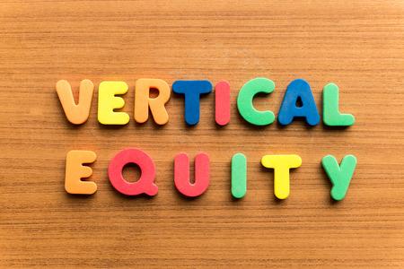 equidad: equidad vertical palabra de colores en el fondo de madera Foto de archivo